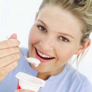 Mẹ Nên ăn Sữa Chua Hàng Ngày để Giúp Trẻ Hết Táo Bón.