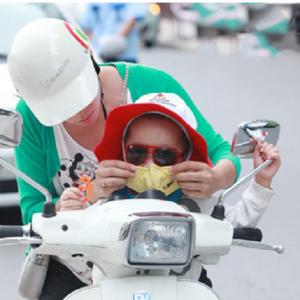 Mẹ Nên đeo Khẩu Trang Cho Con Khi Ra Ngoài để Tránh Bụi Bẩn Cũng Như Các Vi Rút, Vi Khuẩn Gây Bệnh.