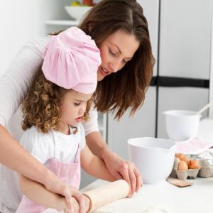 Mẹ Nên Dạy Cho Trẻ Nấu Nướng để Bé Có Thể Tự Lo Cho Bản Thân Khi Không Có Mẹ Bên Cạnh.